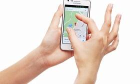 יד מנווטת בסמארטפון על גוגל מפות - כהמחשה למיקוד גיאוגרפי