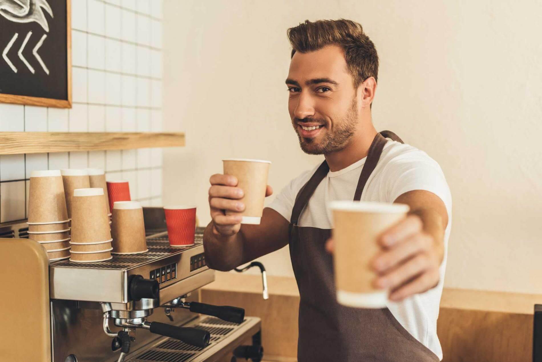 ברמן משקאות חמים מכין קפה