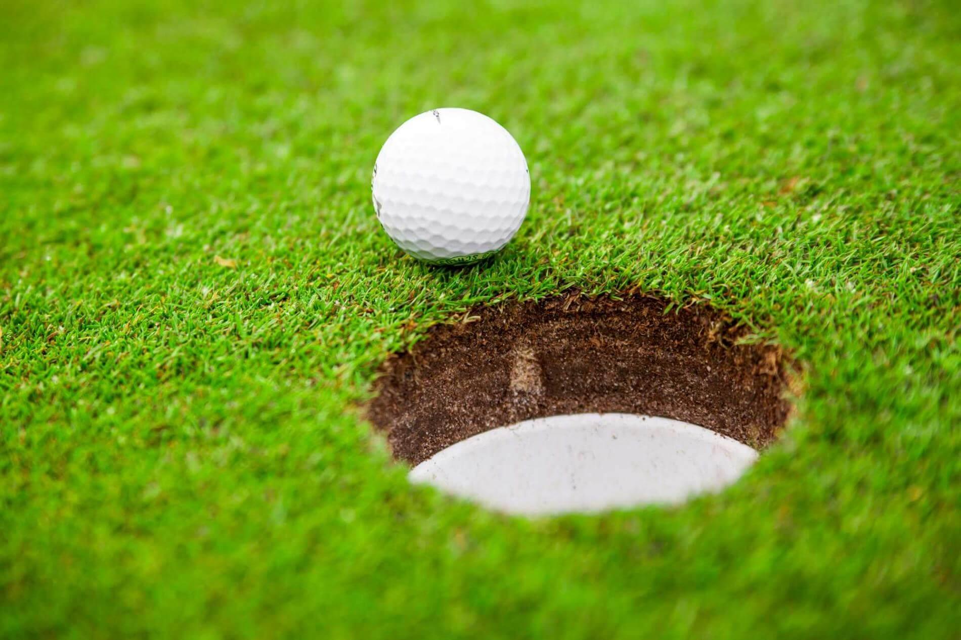 כדור גולף ליד החור - המחשה לשיווק ממוקד לקהל היעד