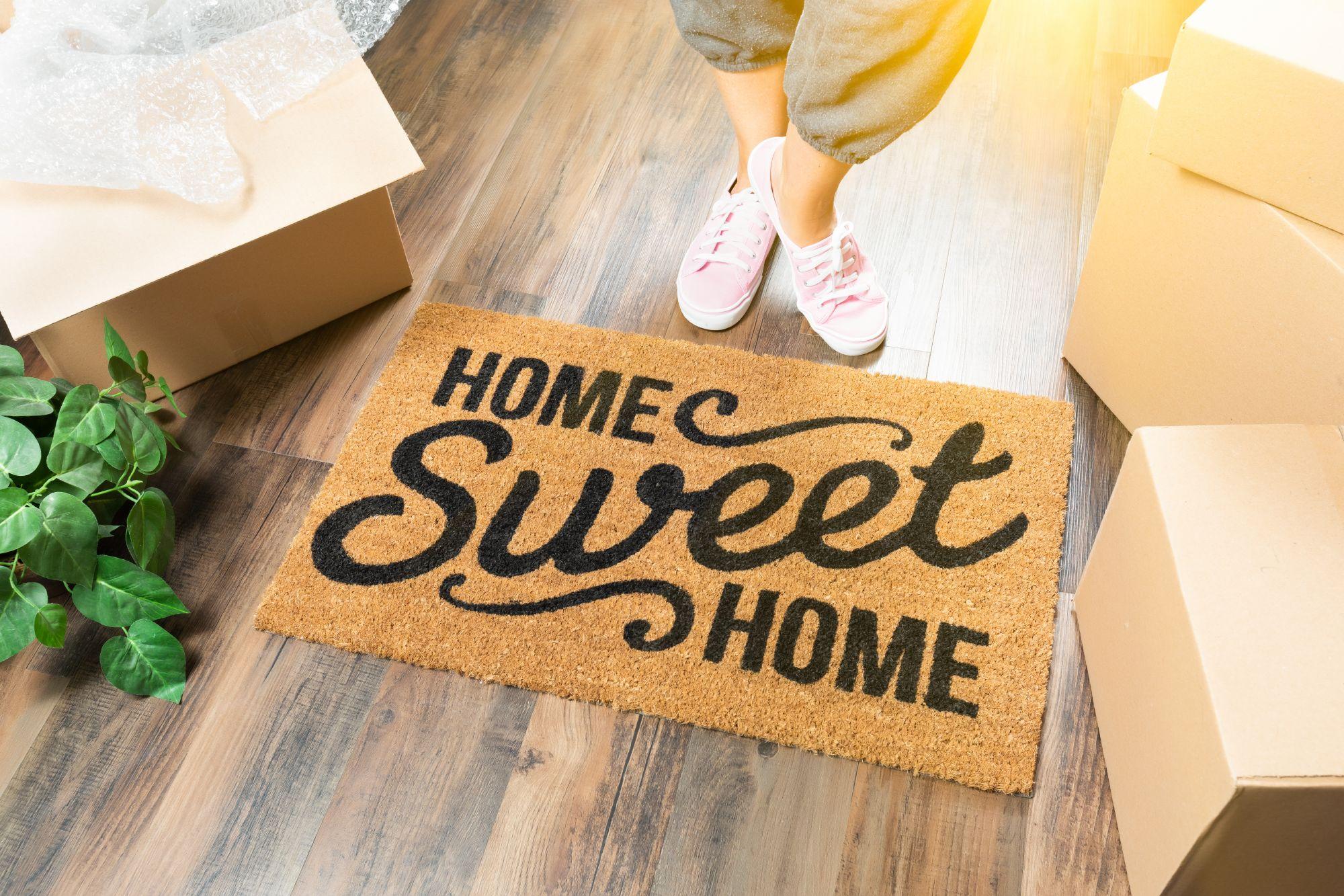 עבודה קרוב לבית - שטיחון ועליו כתוב: home, sweet home