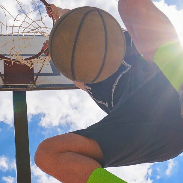 שחקן מטביע כדורסל - המחשה לקפיצה באיכות הפניות