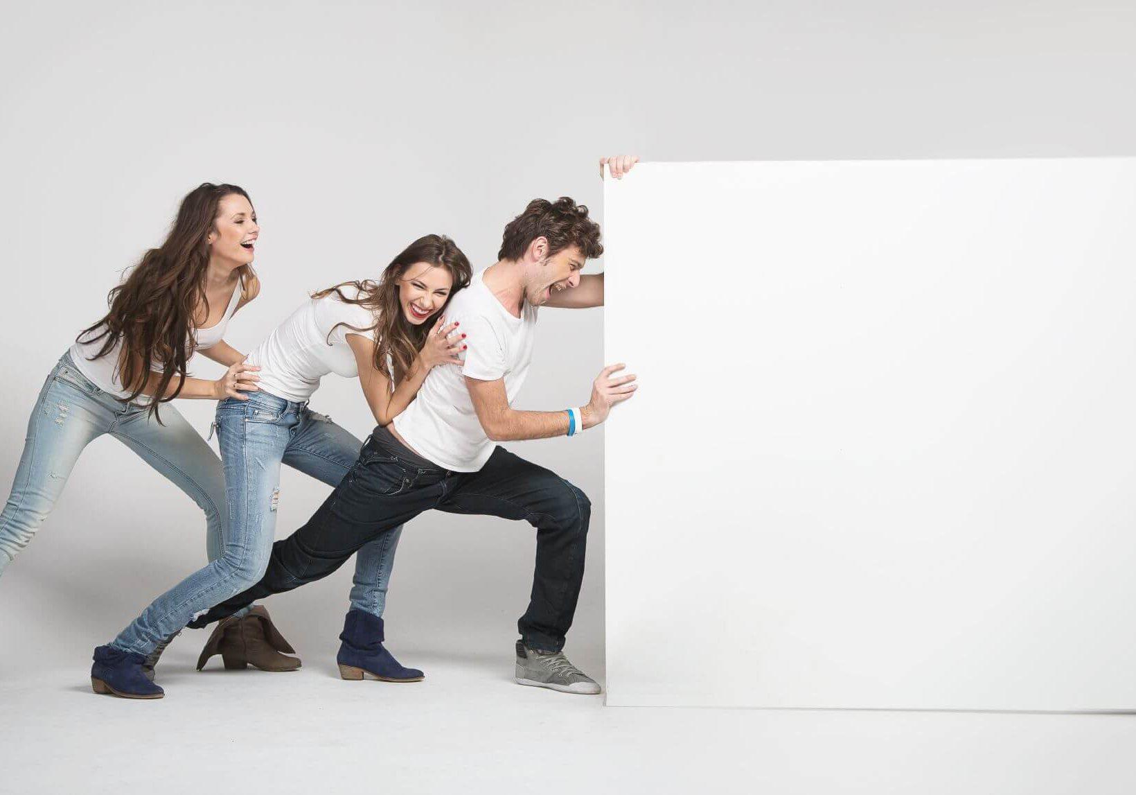 3 אנשים דוחפים שלט - המחשת שיווק בדחיפה